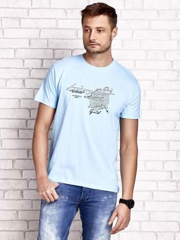 Jasnoniebieski t-shirt męski ze sportowym nadrukiem i napisami