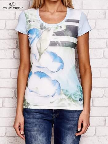 Jasnoniebieski t-shirt z motywem kwiatowym