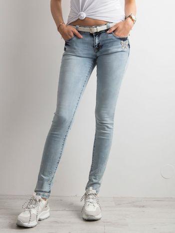 Jasnoniebieskie jeansy biodrówki z dżetami