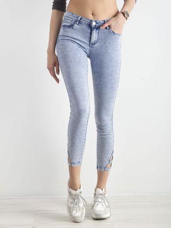 Jasnoniebieskie jeansy skinny z wycięciami