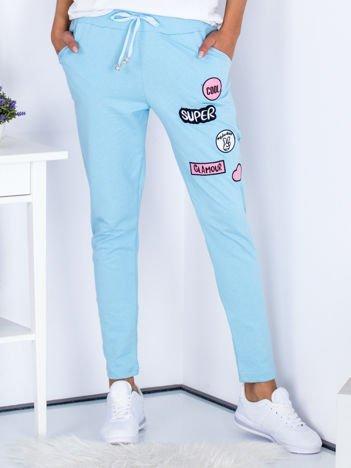 Jasnoniebieskie spodnie dresowe z naszywkami