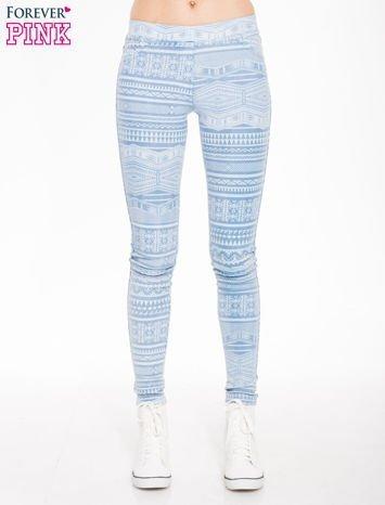 Jasnoniebieskie spodnie jeansowe typu jegginsy w azteckie wzory