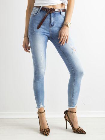 Jasnoniebieskie wysokie jeansy rurki z dziurami