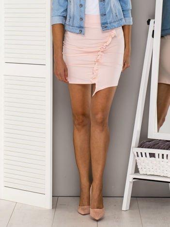 Jasnoróżowa asymetryczna spódnica z falbaną