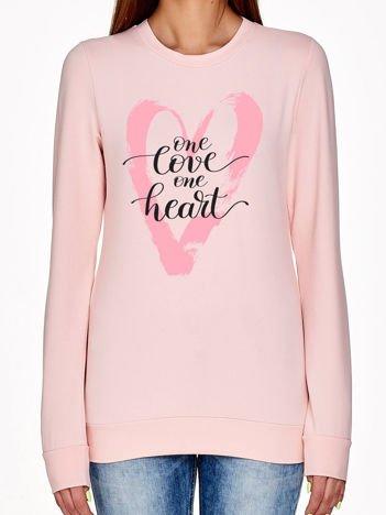 Jasnoróżowa bluza z napisem ONE LOVE ONE HEART