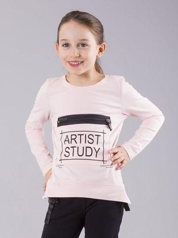 Jasnoróżowa bluzka dziewczęca z nadrukiem i kieszenią