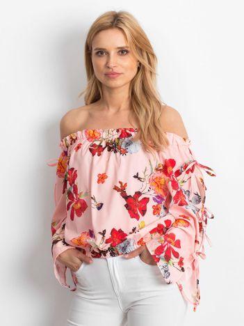 Jasnoróżowa bluzka hiszpanka w kolorowe kwiaty