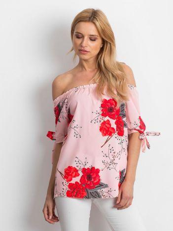 Jasnoróżowa bluzka odsłaniająca ramiona w kwiaty