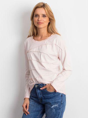 Jasnoróżowa bluzka z asymetryczymi przeszyciami