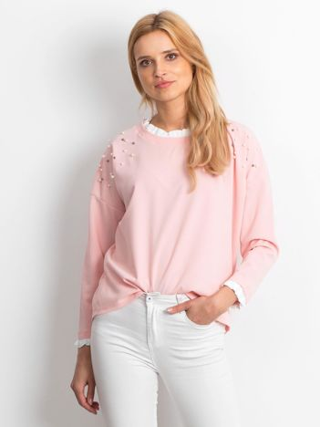 Jasnoróżowa bluzka z perełkami i kontrastowym wykończeniem