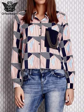 Jasnoróżowa koszula w graficzne wzory z łańcuszkami