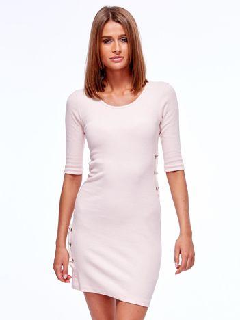 Jasnoróżowa prążkowana sukienka z kółeczkami