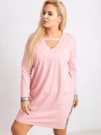 Jasnoróżowa sukienka plus size Mode