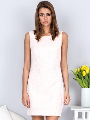 Jasnoróżowa sukienka tuba w kwiatowy deseń