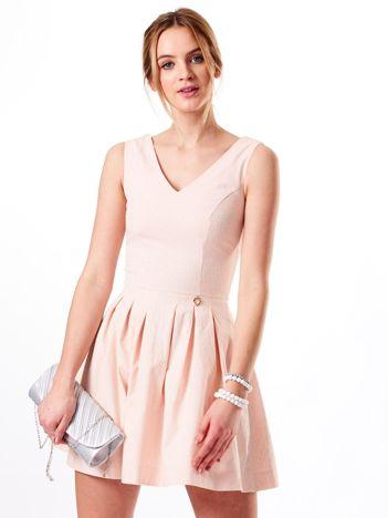 Jasnoróżowa sukienka w drobny wzór