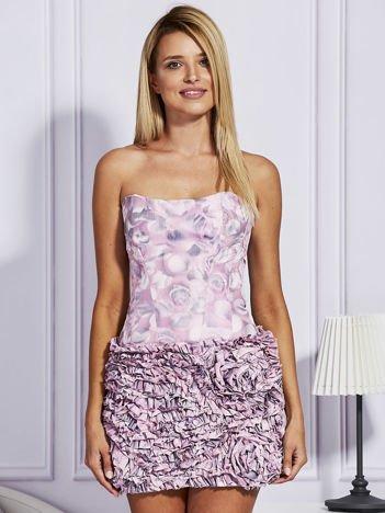 Jasnoróżowa sukienka w grochy z ozdobną spódnicą