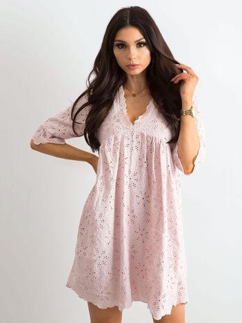 Jasnoróżowa sukienka w haftowane kwiaty