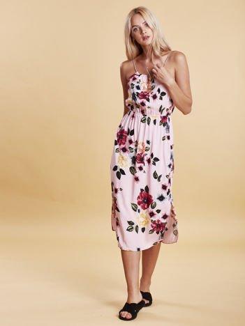 Jasnoróżowa sukienka w kwiaty z wiązaniem na ramionach
