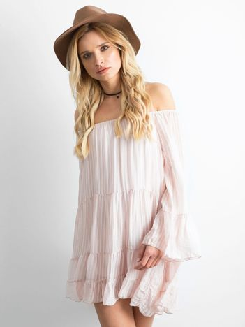 Jasnoróżowa sukienka w paski z falbaną