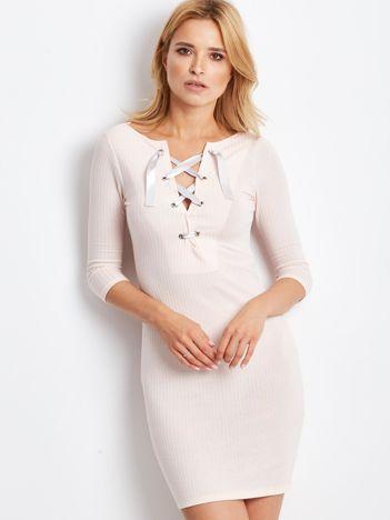 Jasnoróżowa sukienka w prążek z dekoltem lace up