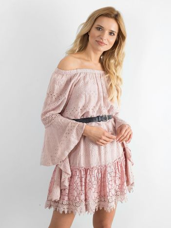 Jasnoróżowa sukienka z asymetrycznymi rękawami