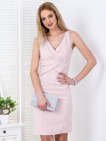 Jasnoróżowa sukienka z drapowaniami przy dekolcie