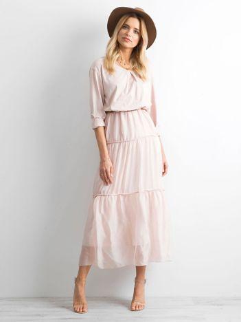 Jasnoróżowa sukienka z podwijanymi rękawami
