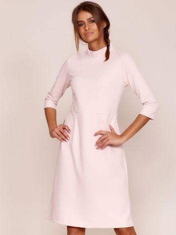 Jasnoróżowa sukienka z półgolfem