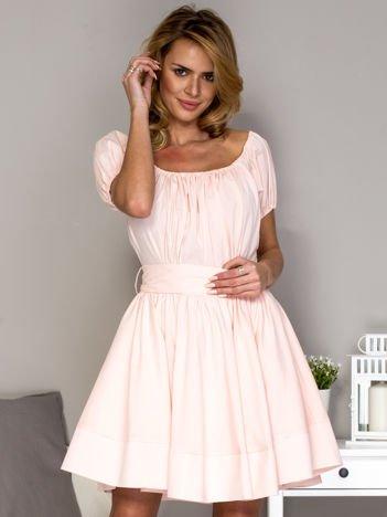 Jasnoróżowa sukienka z rozkloszowaną spódnicą