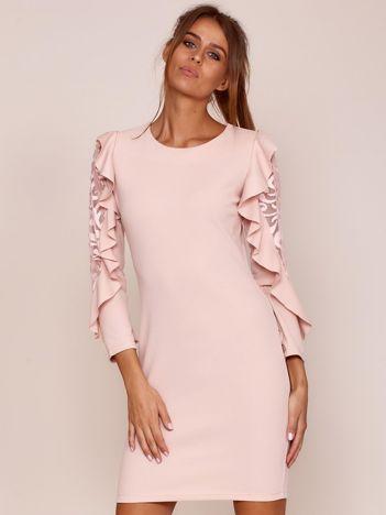 Jasnoróżowa sukienka z transparentnymi wstawkami na rękawach