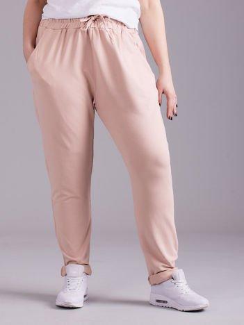 Jasnoróżowe bawełniane damskie spodnie dresowe PLUS SIZE