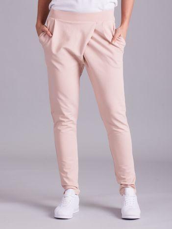 Jasnoróżowe kopertowe spodnie dresowe z kieszeniami