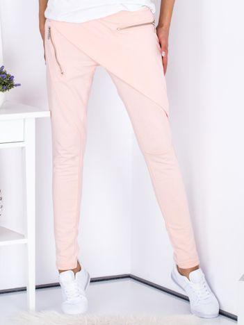 Jasnoróżowe spodnie dresowe z suwakami