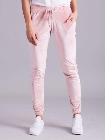 Jasnoróżowe spodnie welurowe