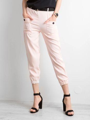 Jasnoróżowe spodnie ze ściągaczami