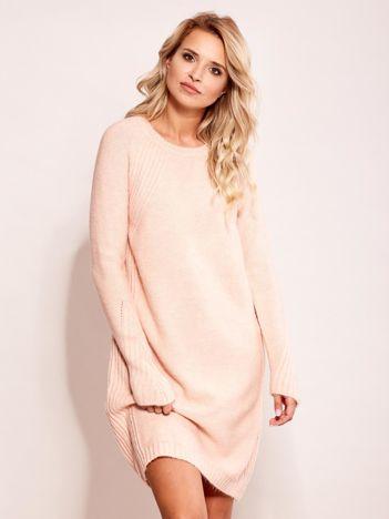 Jasnoróżowy długi sweter o kroju oversize