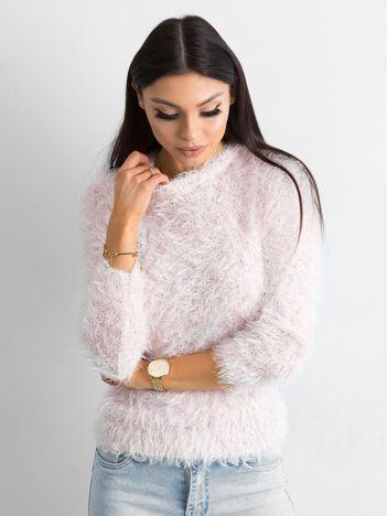 Jasnoróżowy sweter z długim włosem i cekinami