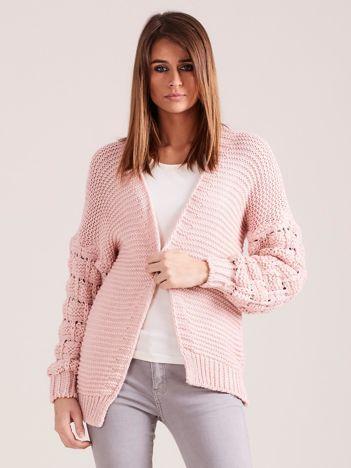 Jasnoróżowy sweter z ozdobnymi rękawami