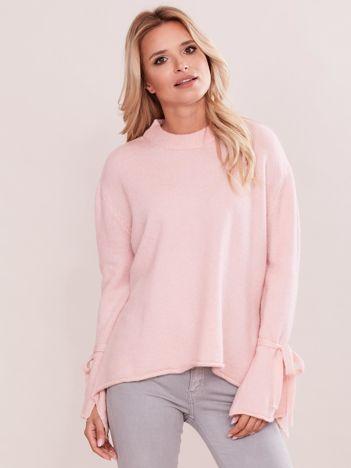 Jasnoróżowy sweter z wiązaniem na rękawach