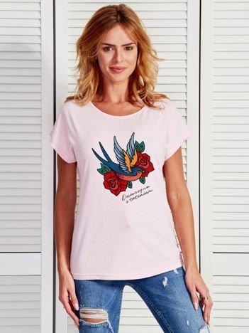 Jasnoróżowy t-shirt damski z nadrukiem tatuażu