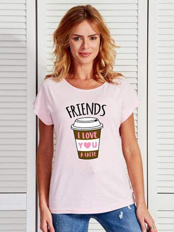 Jasnoróżowy t-shirt z kawą