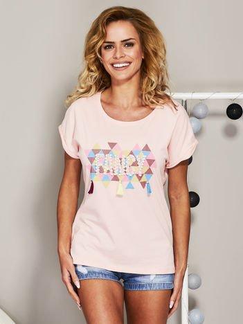Jasnoróżowy t-shirt z koralikową aplikacją