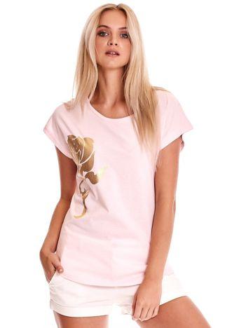Jasnoróżowy t-shirt ze złotą różą