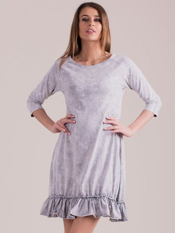 Jasnoszara dekatyzowana sukienka z falbaną