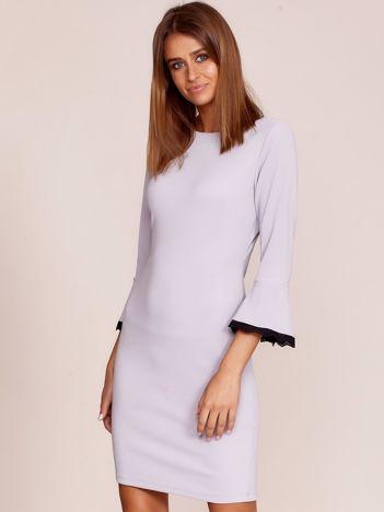 Jasnoszara sukienka z rozszerzanymi rękawami