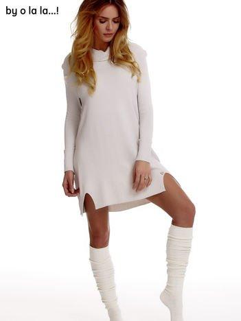 Jasnoszara swetrowa sukienka z miękkim golfem BY O LA LA