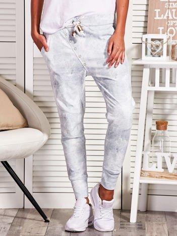 Jasnoszare spodnie dresowe w marmurowy wzór