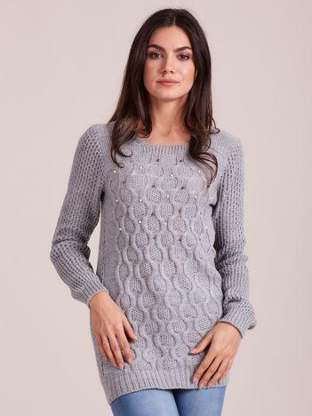Jasnoszary sweter w warkocze z perełkami