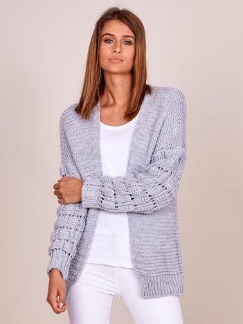 Jasnoszary sweter z ozdobnymi rękawami
