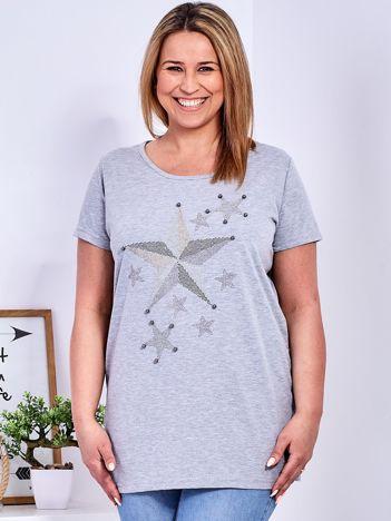 Jasnoszary t-shirt z błyszczącymi gwiazdami PLUS SIZE